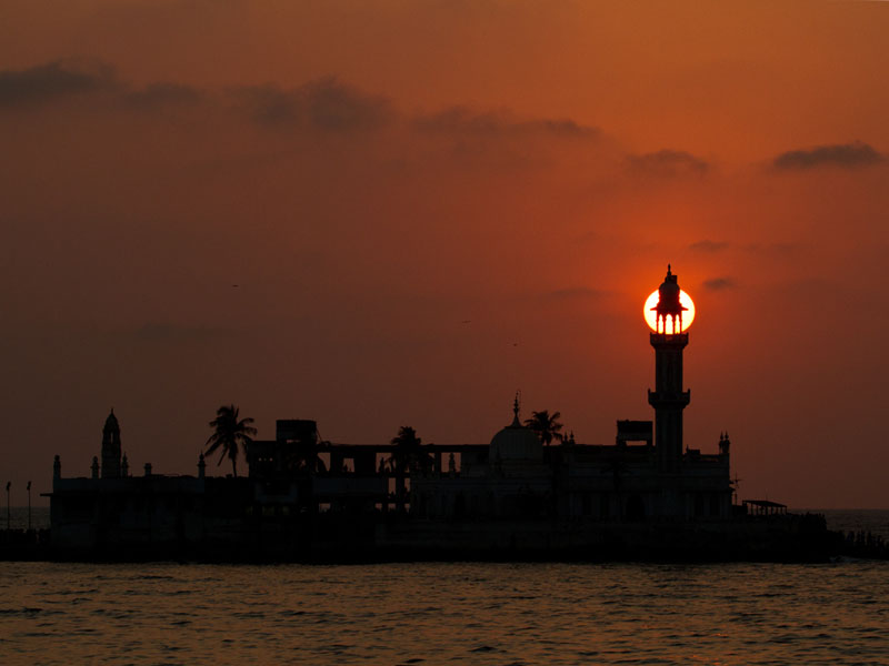 The setting Sun captured behind the Haji Ali minaret